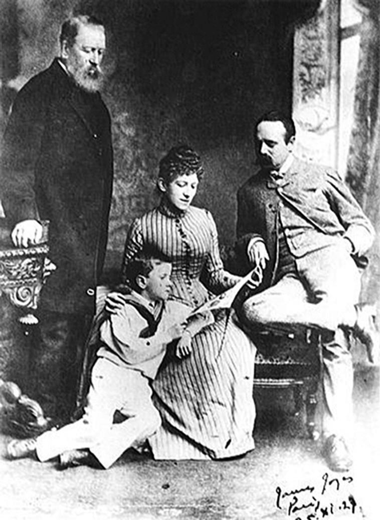 ג'ויס בתמונה משפחתית, ספטמבר 1888. עומד משמאל סבו של ג'ויס מצד אמו, ג'ון מאריי. יושבים אמו מארי ג'יין ואביו ג'ון ג'ויס צילום מתוך ויקיפדיה