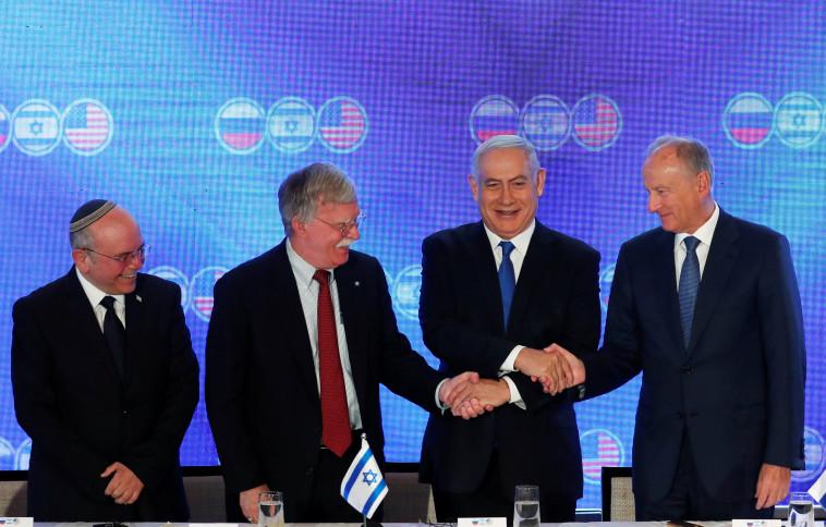"""בנימין נתניהו עם היועצים לביטחון לאומי של ישראל, ארה""""ב ורוסיה. צילום: רויטרס"""