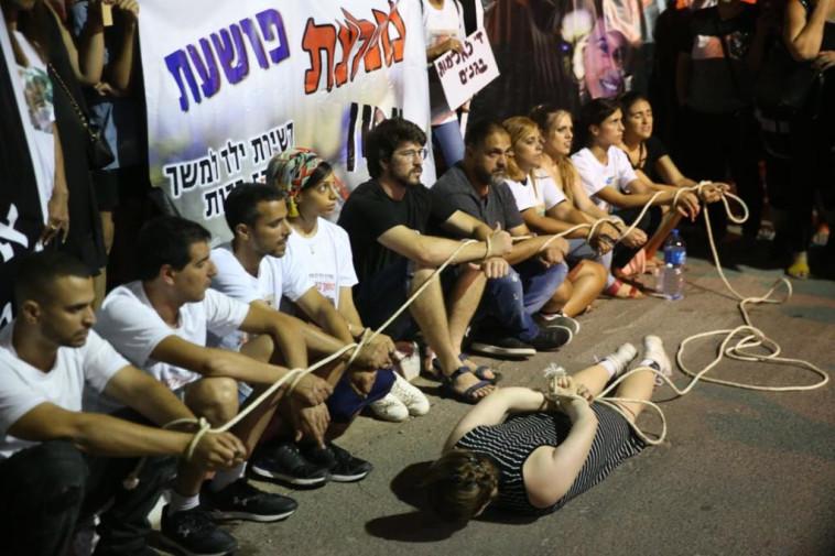 הפגנה מול נוה תרצה, שם כלואה המטפלת החשודה בהתעללות. צילום: אבשלום ששוני