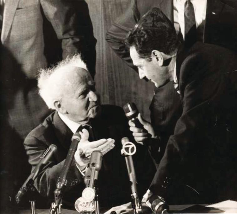צבי גיל מראיין את דוד בן-גוריון ליד בית הכנסת ישורון ניו יורק, 1966 צילום משפחתי