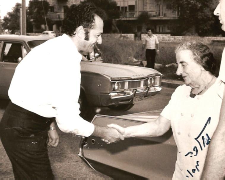 צבי גיל עם ראש הממשלה גולדה מאיר לקראת הריאיון עם פרישתה, 1974. צילום משפחתי