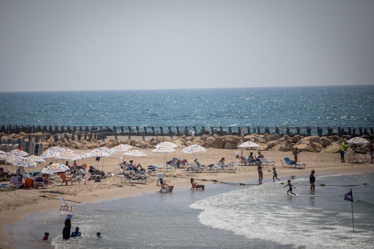 חוף ים בתל אביב (צילום: יונתן זינדל, פלאש 90)