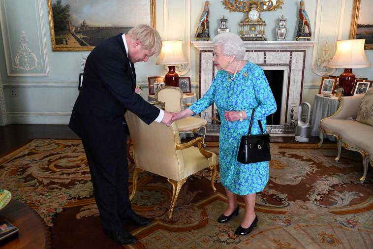בוריס ג'ונסון אצל המלכה אליזבת'. צילום: רויטרס