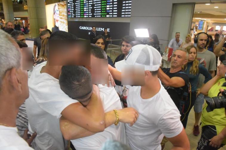 הצעירים הישראלים חוגגים את שחרורם מהמעצר. צילום: אבשלום ששוני