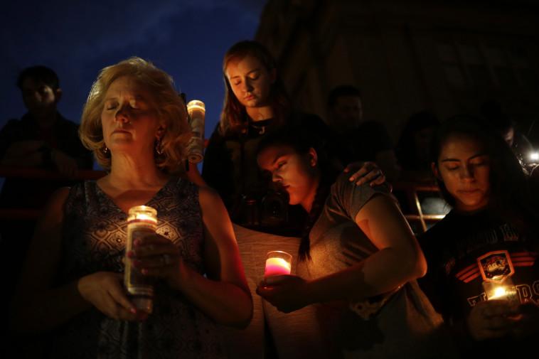 אבלים בטקס זיכרון לירי באל פאסו. צילום: רויטרס