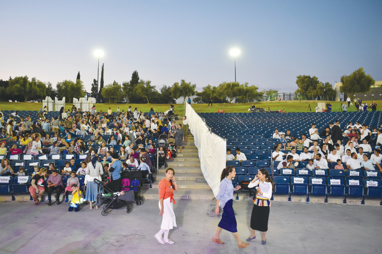 הקהל במופע בעפולה. צילום: מאיר ועקנין, פלאש 90