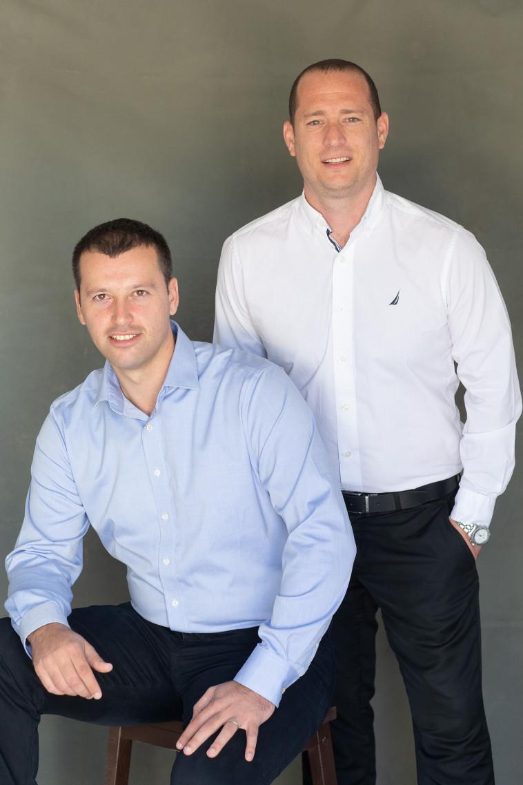 """מייסדי אתר ביטול ביטוח, אריה קפולסקי ומיכאל רזניק. קרדיט: יח""""צ"""