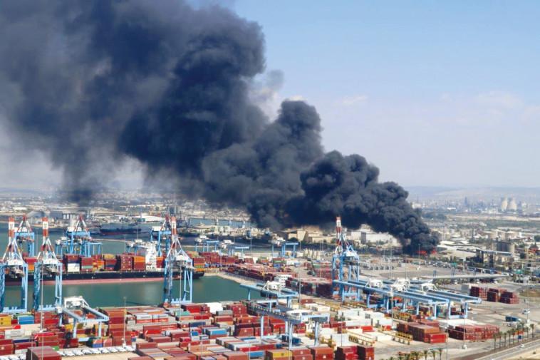 השריפה במפעל שמן תעשיות במפרץ חיפה (צילום: אילן מלסטר, המשרד להגנת הסביבה)