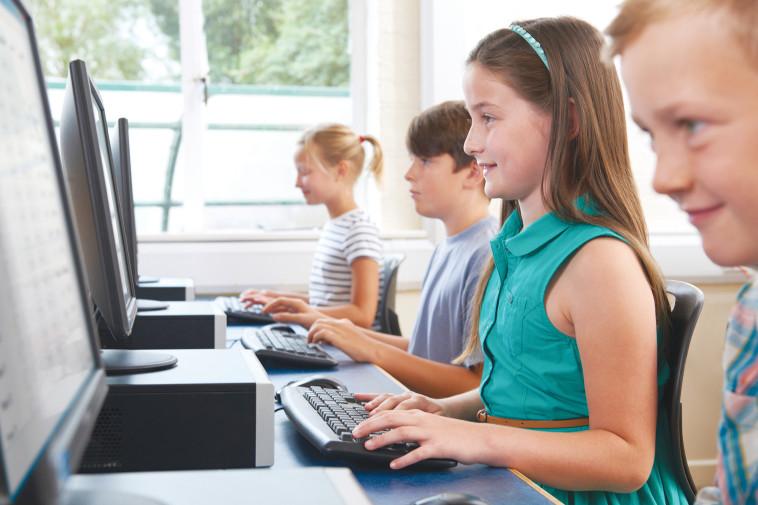 ילדים יושבים מול מחשב, אילוסטרציה (למצולמים אין קשר לנאמר בכתבה) (צילום: אינג אימג')