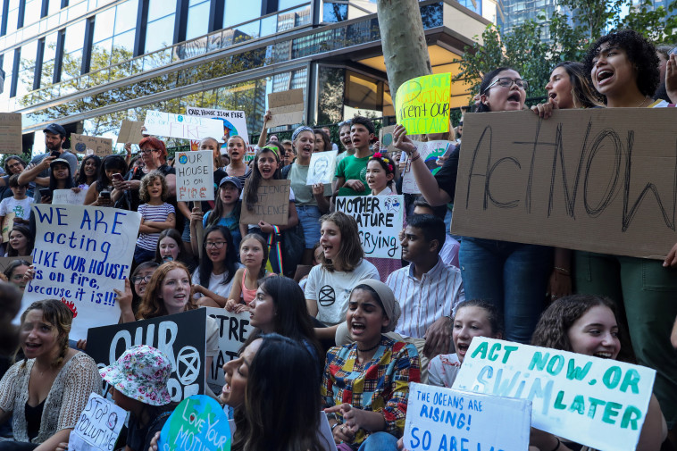 הפגנת צעירים בניו יורק על רקע משבר האקלים (צילום: רויטרס)