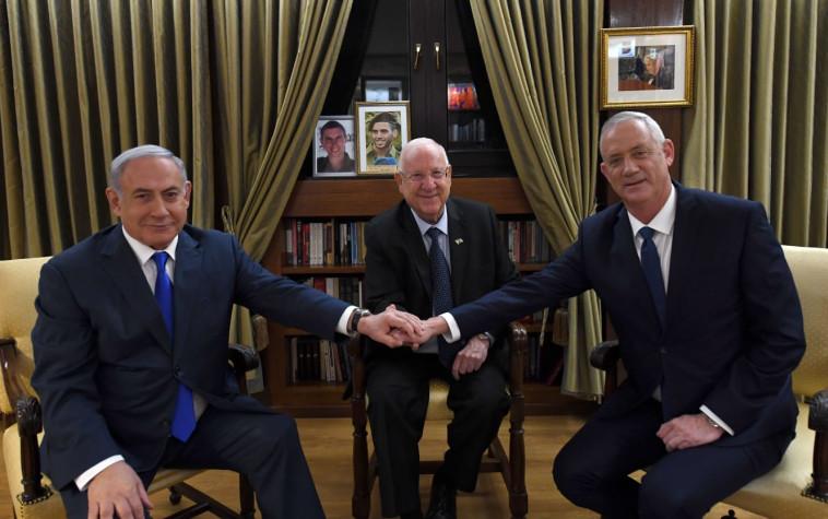 """גנץ ונתניהו בפגישה עם נשיא המדינה, ראובן ריבלין. צילום: עמוס בן גרשום, לע""""מ"""