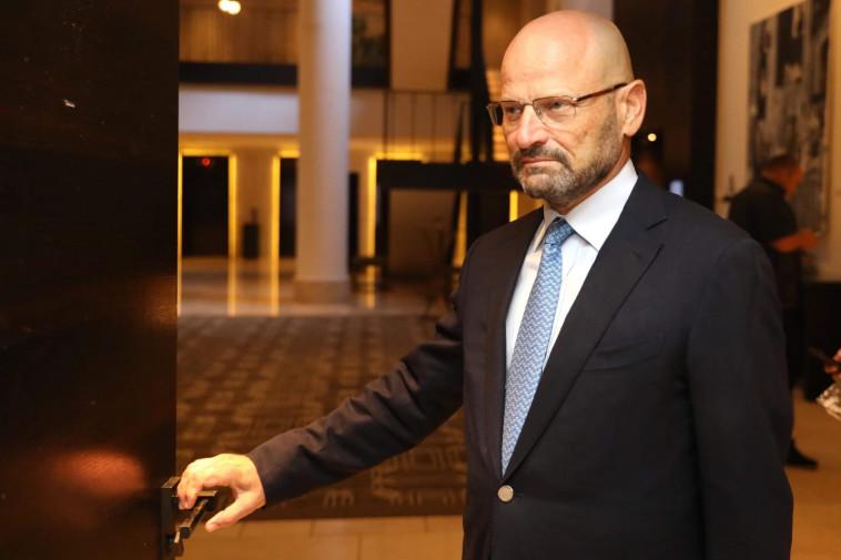 סירב להצטלם באולם. יורם טורבוביץ מגיע לפגישה, צילום: מרק ישראל סלם