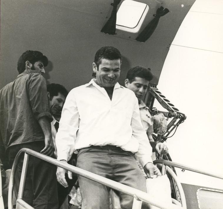 רמי הרפז בירידה מכבש המטוס שהחזיר את השבויים הביתה, 1973. צילום: רכיון פרטי משפחת הרפז