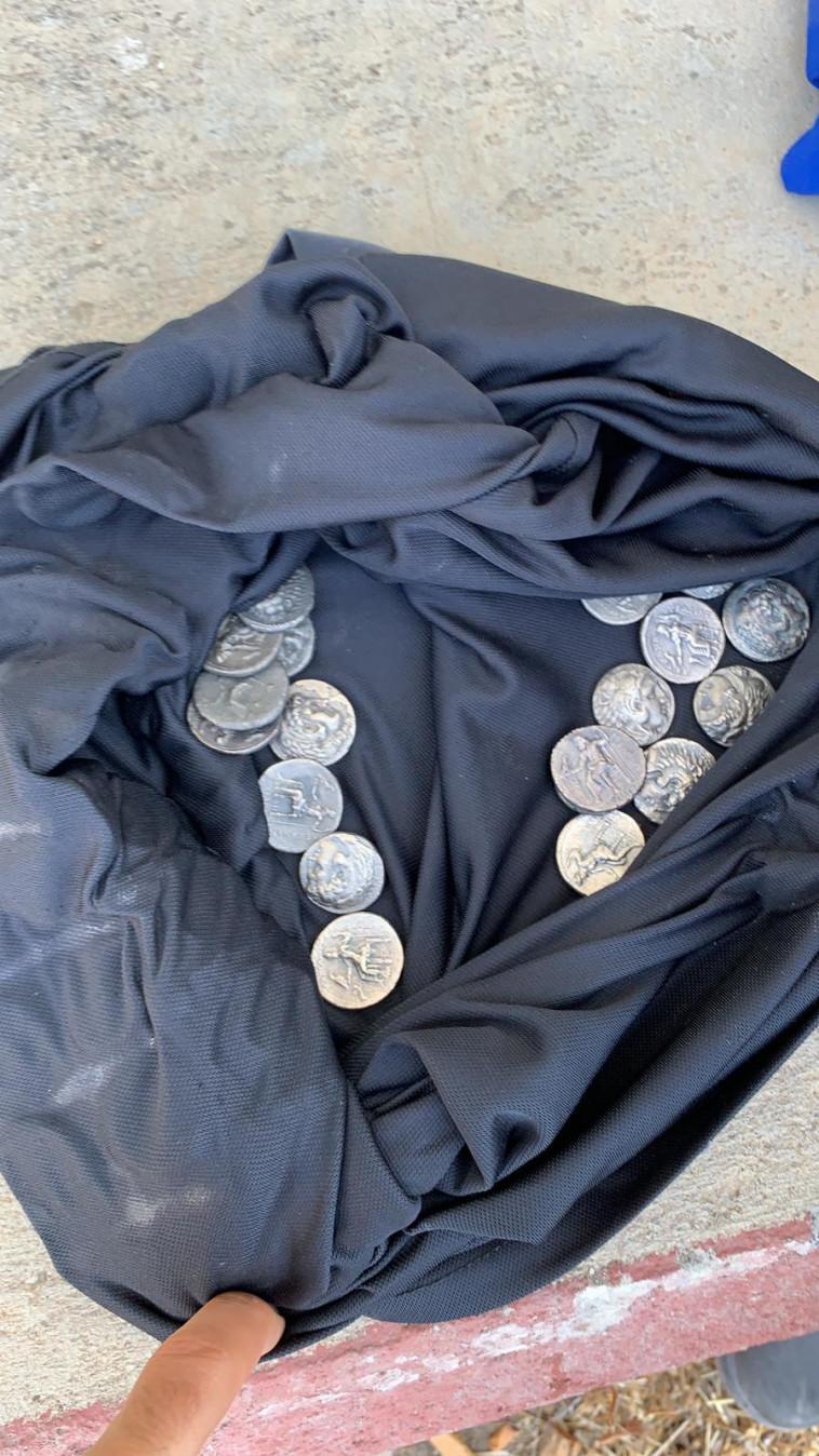 המטבעות העתיקים שנתפסו בכרם שלום. צילום: דוברות משרד הביטחון