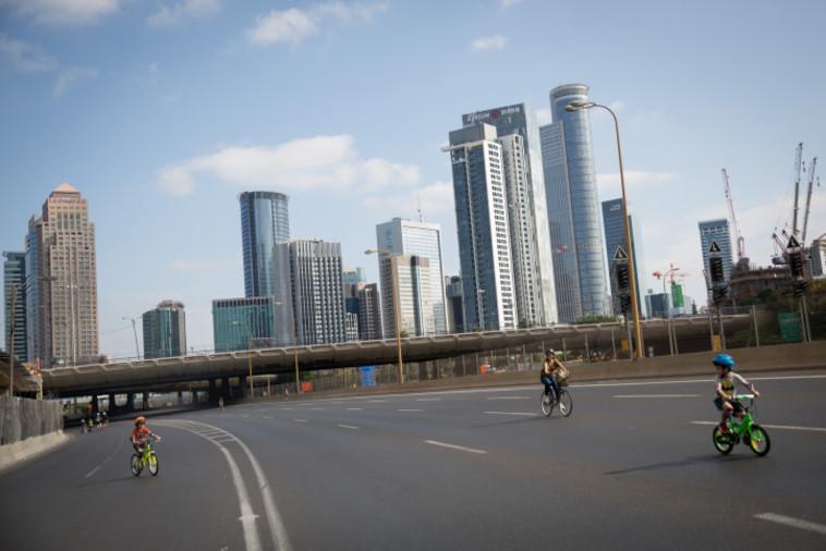 רוכבי אופניים בנתיבי איילון ביום כיפור (צילום: מרים אלסטר, פלאש 90)