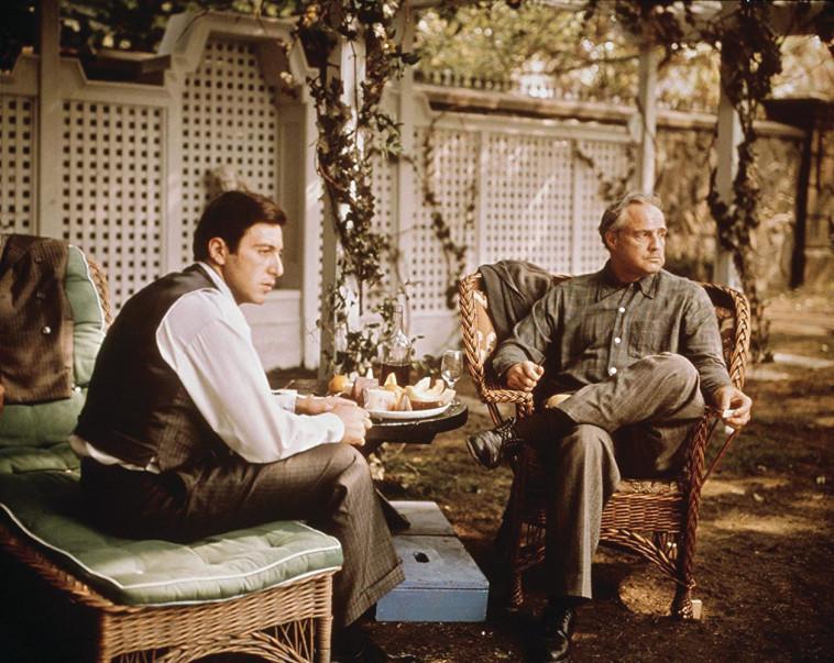 דון ויטו קורליאונה (מרלון ברנדו) ובנו היורש מייקל (אל פאצ'ינו) בסרט הסנדק. גם זה עסק משפחתי (צילום: צילום מסך מתוך הסרט ''הסנדק'')