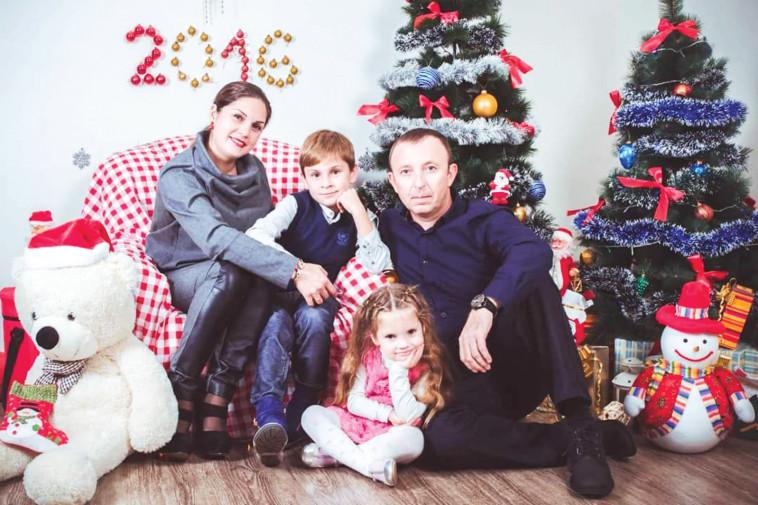 """גנאדי ריגלוב ז""""ל עם בני משפחתו. צילום: פרטי"""