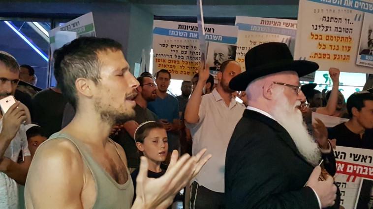מפגינים מול עיריית תל אביב. צילום: באדיבות מארגני המחאה