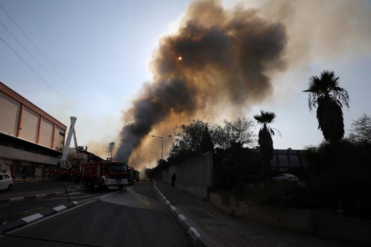 שריפה לאחר נפילת רקטה בשדרות (צילום: רויטרס)