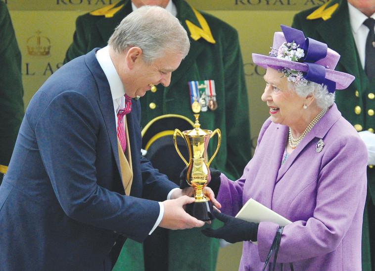 המלכה אליזבת ובנה הנסיך אנדרו. צלם : רויטרס