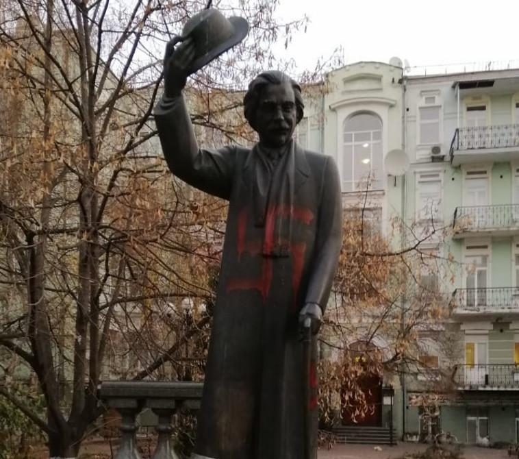 גרפיטי אנטישמי על פסלו של שלום עליכם בקייב (צילום: מ.אסמן, קייב)
