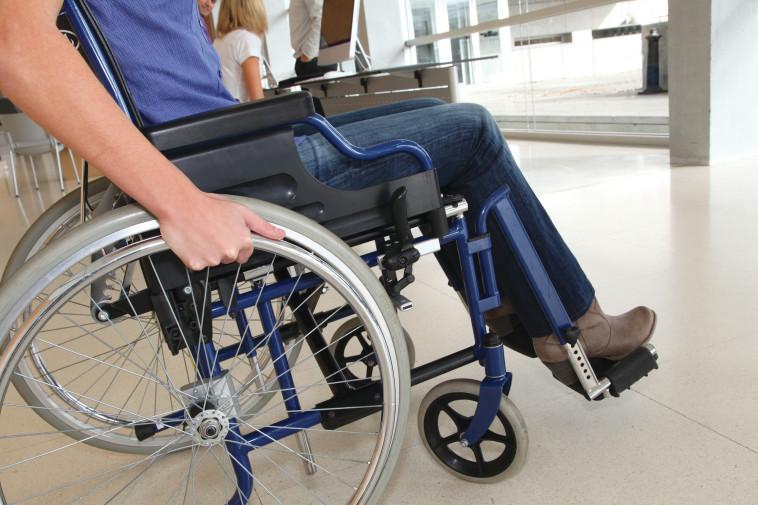 חולה בכיסא גלגלים (צילום: אינג אימג')
