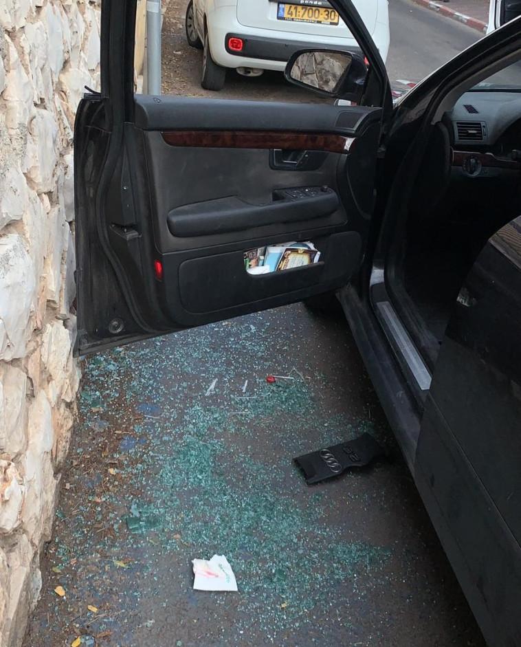 השמשה מנופצת ברכבו של מני נפתלי. צילום פרטי