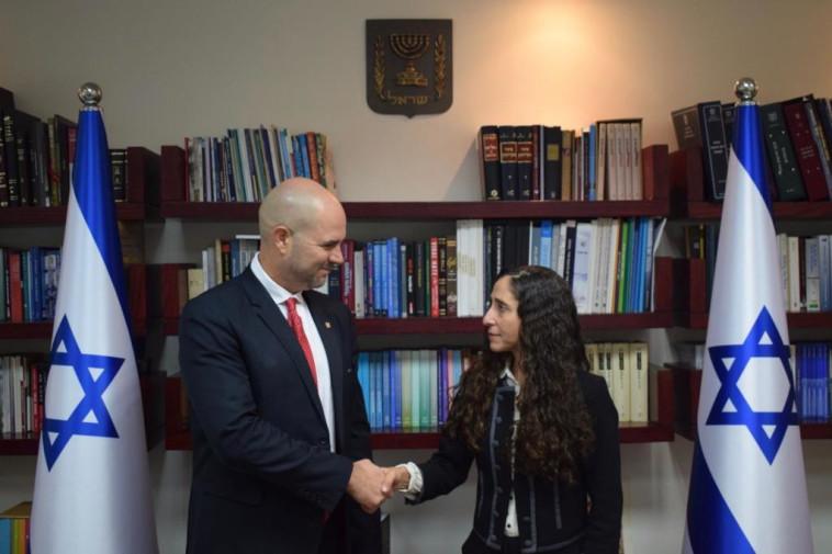 אורלי בן-ארי גינזברג ואמיר אוחנה. צילום: תקשורת שר המשפטים