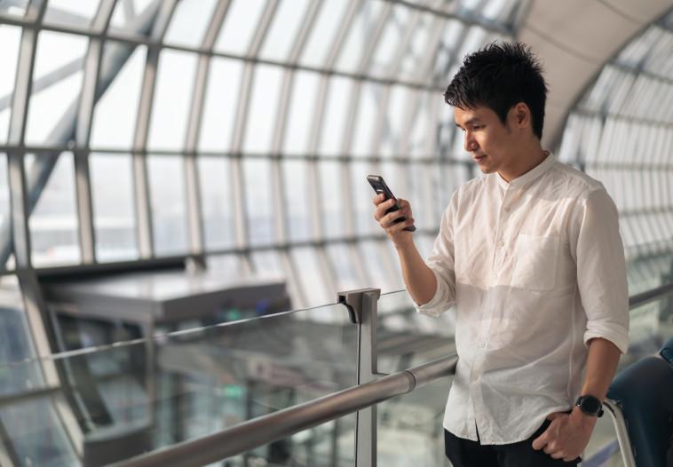 איש צעיר עם סמארטפון (צילום: ingimage)