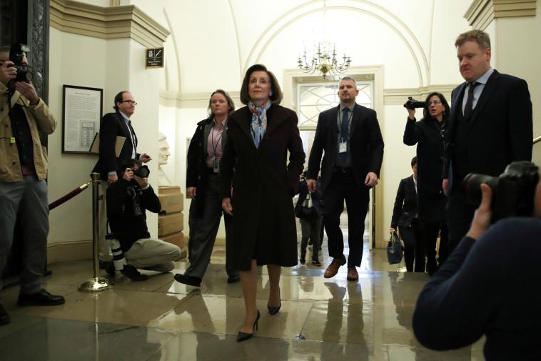 פלוסי בכניסה לקונגרס. צילום: REUTERS/Jonathan Ernst