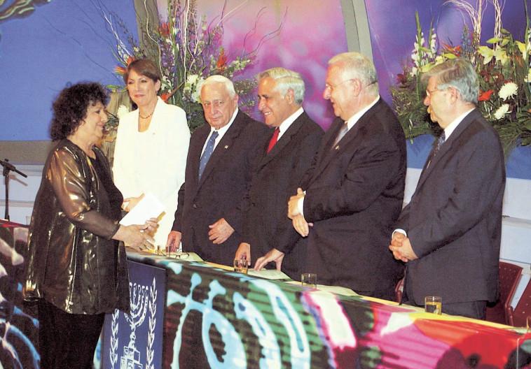 גאולה כהן מקבלת פרס ישראל. צילום: פלאש 90