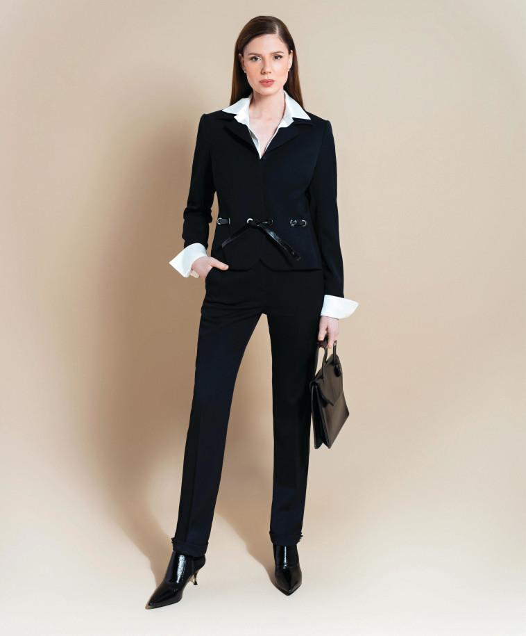 חליפה שחורה. צילום: מרינה מוסקוביץ