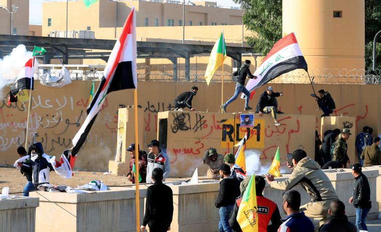 הפגנה מול שגרירות ארצות הברית בבגדד. צילום: רויטרס