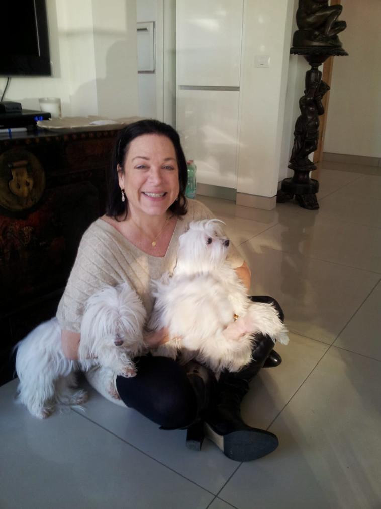 דבי מצקין והכלבות. צילום: אילנה מצקין