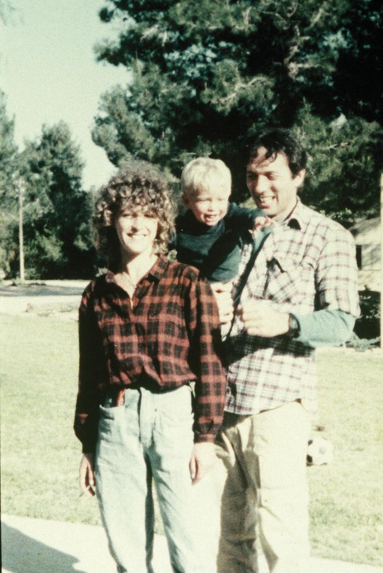 ליאור דיין עם אביו אסי ואמו קרוליין לנגפורד