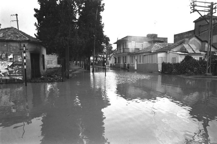 """הצפות בשכונת מונטיפיורי בתל אביב, 1974, צילום: יעקב סער, לע""""מ"""