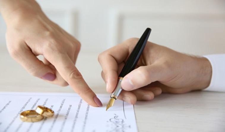 חתימת הסכם ממון. צילום: שאטרסטוק.
