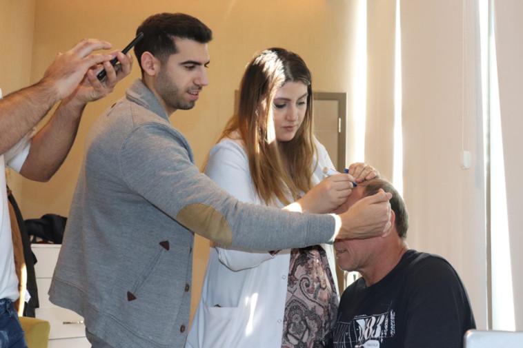 גל וקנין וד״ר זריאן במרפאה בטורקיה. צילום: יח