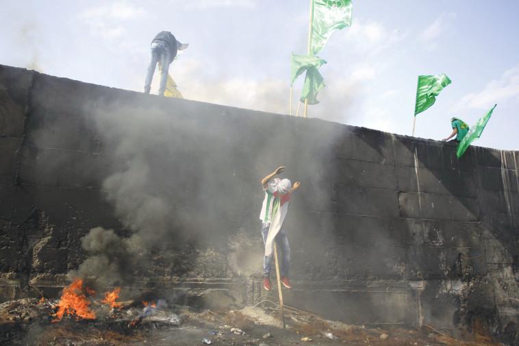 פלסטינים מפגינים (צילום: מועמר עוואד, פלאש 90)