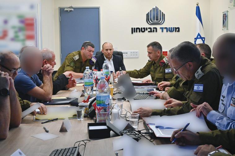 נפתלי בנט עם ראשי הצבא בקריה. צילום: אריק חרמוני, משרד הביטחון