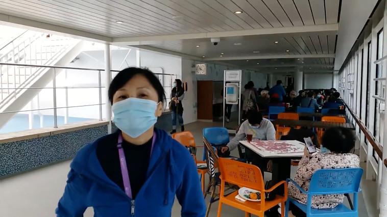 נוסעת על סיפון הספינה המבודדת בהונג קונג (צילום: DR. PETER LO/via REUTERS )