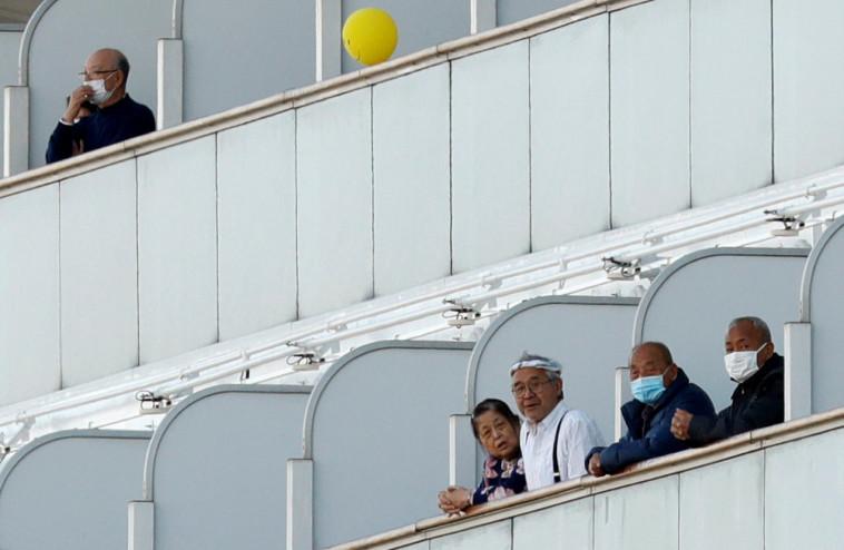 נוסעים על סיפון הספינה הנצורה (צילום: REUTERS/Kim Kyung-Hoon)