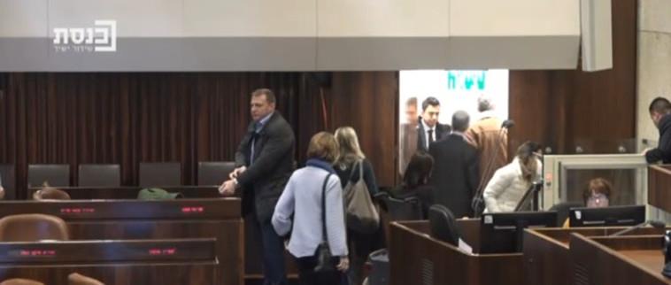 חברי הכנסת מכחול לבן עוזבים את העולם כשעולה השר בנט לנאום (צילום מסך מערוץ הכנסת)