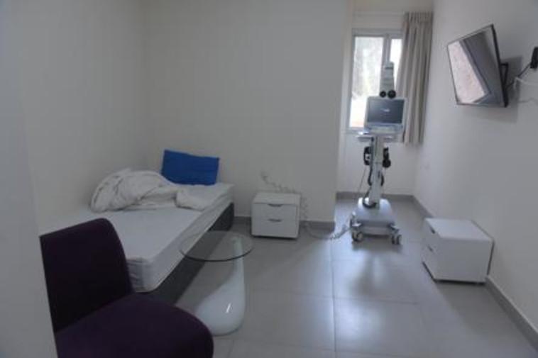 החדרים המבודדים בבית החולים שיבא תל השומר הממתינים לשבים (צילום: אבשלום ששוני)