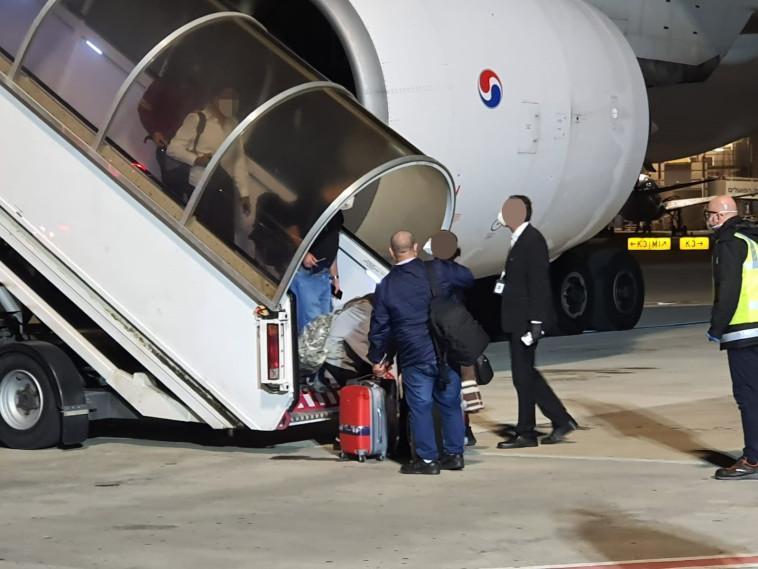 נחיתת מטוס מקוריאה הדרומית בנתב''ג (צילום: דוברות מד''א)
