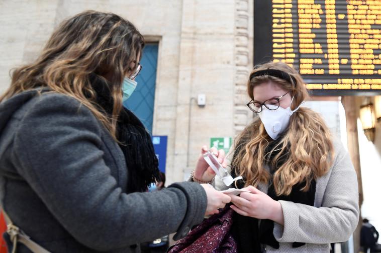 אנשים עם מסיכות רפואיות במילאנו (צילום: REUTERS/Flavio Lo Scalzo)