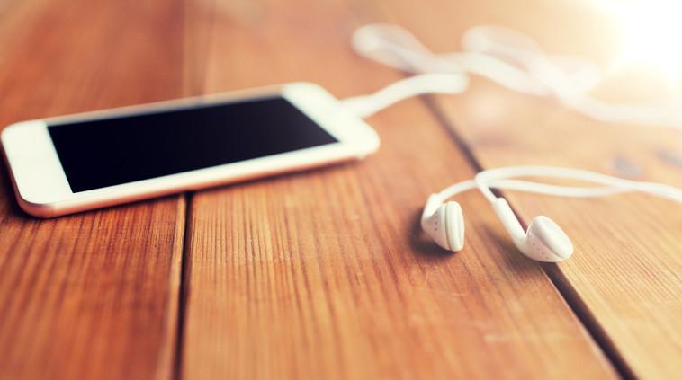 סמארטפון, אוזניות (צילום: ingimages.com)
