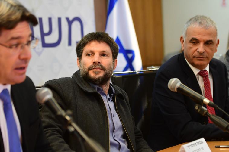 משה כחלון ובצלאל סמוטריץ' בישיבת ועדת השרים לקורונה (צילום: אבשלום ששוני)