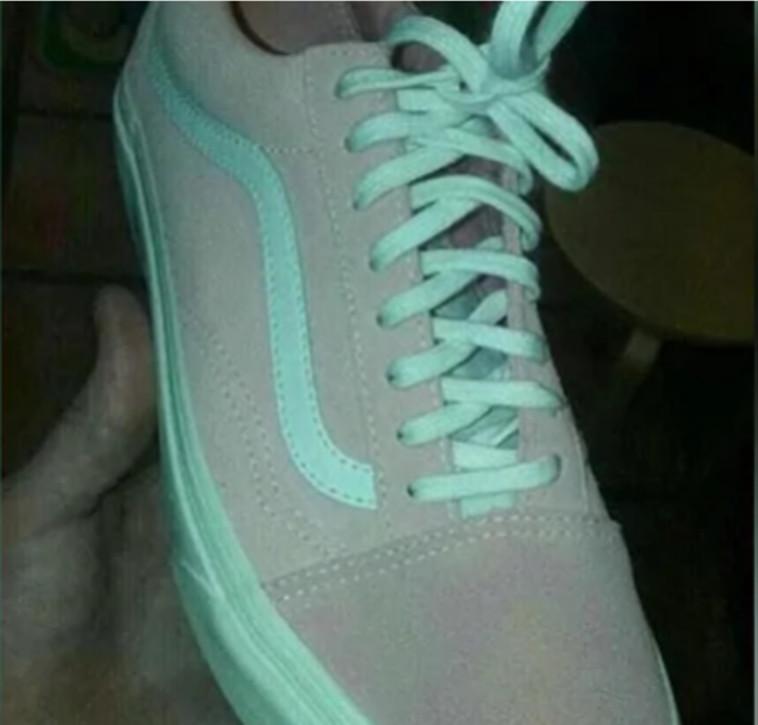 נעלי הסניקרס המדוברות. ורוד ולבן או תכלת ואפור? (צילום: צילום מסך יוטיוב)