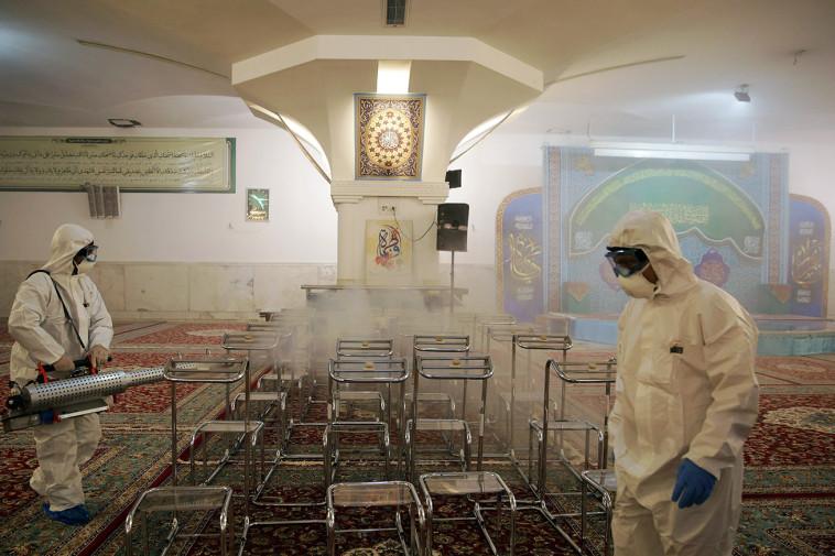 מחטאים מסגד באיראן בשל התפרצות הקורונה (צילום: WANA via REUTERS)